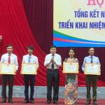 Đồng chí Đoàn Minh Thọ – Phó Bí thư Thị ủy, Chủ tịch UBND thị xã trao giấy chứng nhận trường đạt chuẩn Quốc gia cho các trường đạt chuẩn trong năm 2020