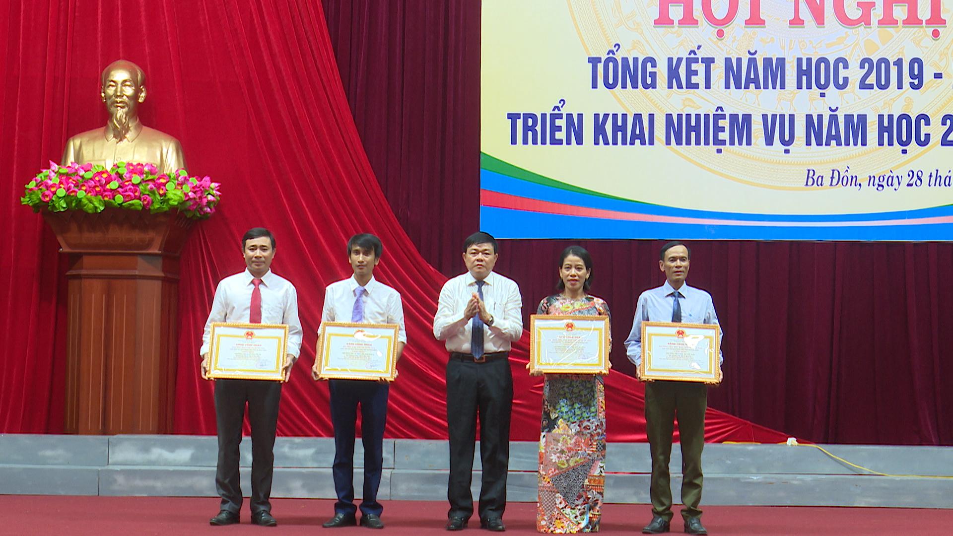 Bộ GD&ĐT tặng bằng khen năm học 2019-2020