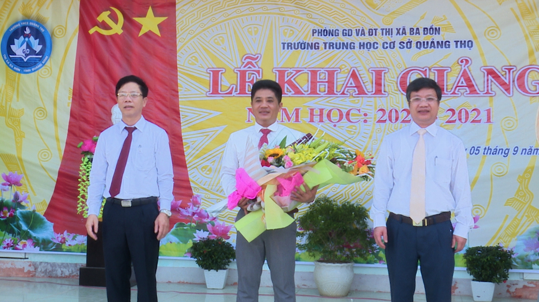 Lãnh đạo tỉnh và thị xã Ba Đồn dự khai giảng năm học mới tại trường THCS Quảng Thọ.