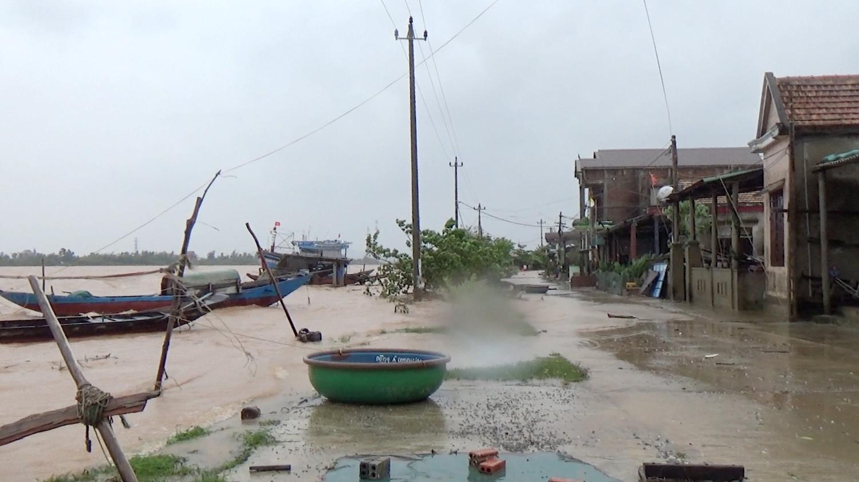 Đồng chí Chủ tịch UBND thị xã kiểm tra tình hình mưa, lũ trên địa bàn thị xã.