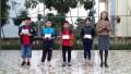 Ban giám hiệu trường TH số 2 Ba Đồn trao giải nhì, giải ba Hội thi olympic Tài năng Tiếng Anh cấp thị xã. Năm học 2018-2019.